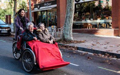 En bici sense edat: una iniciativa que retorna el vent als cabells de la gent gran